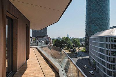 Рис. 10. Внешний вид здания Aktiv-Stadthaus во Франкфурте-на-Майне (слева) и отделка террасы (справа)