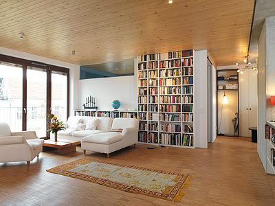 Рис. 2. Интерьер квартиры в доме E3 в Берлине. Нижняя поверхность панелей бреттштапель образует декоративный потолок