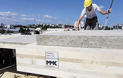 Рис. 4. Монтаж деревянно-бетонных элементов перекрытия заводского изготовления компании Mayr-Melnhof (Австрия)