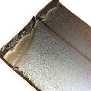 Рис. 7. Теневое определение шероховатости. Поверхность доски в области сучка практически полированная. Виден характерный след движения передних режущих кромок зубьев (граница резания)