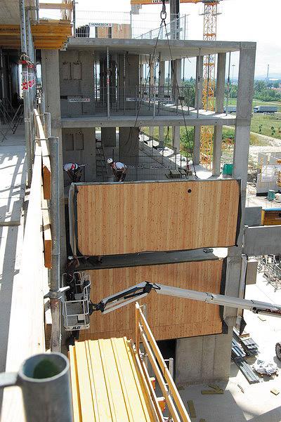 Рис. 14. Монтаж деревянных панелей наружных стен на железобетонный каркас здания в Вене