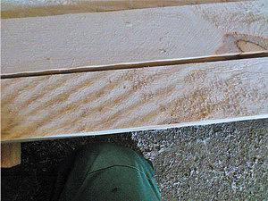 Рис. 1. Пример низкого качества поверхности осиновых пиломатериалов, распиленных на круглопильном станке с механической подачей (см. профиль зуба пилы рис. 2 а, б)