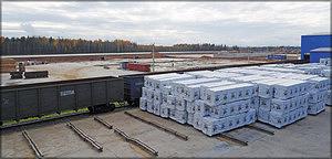 Площадка хранения и погрузки готовой продукции. На заднем плане – площадка строительства завода по переработке тонкомерной древесины (3 октября 2016 г.)