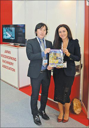 Таики Амано, ведущий специалист секретариата Японской ассоциации (JWMA) и Юлия Валайне («ЛесПромИнформ»)