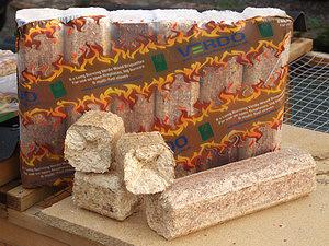 Брикеты, произведенные на ударно-механических прессах: слева цилиндрические брикеты из осины, справа брикеты Verdo из хвойной древесины от рубок ухода