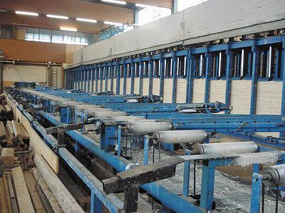 Рис. 7. Гидравлический пресс для склеивания балок переменной высоты в прессе с верхним давлением на заводе Stephan Holzbau, Германия