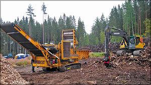 Рис. 3. Производство щепы в лесу из корней и пней деревьев