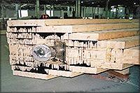 Рис. 14. Изготовление элементов несущих арок моста Леонардо да Винчи: элемент ступенчатого сечения после склеивания из гнутокленых балок (слева), обработка на фрезерном станке с ЧПУ (справа)