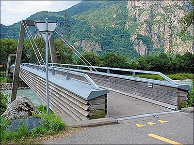 Рис. 2. Современный пешеходный деревянный мост в Швейцарии. Несущие конструкции защищены нержавеющей сталью и досками