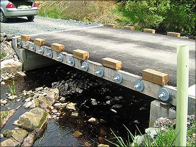 Рис. 4. Мост на лесной дороге с самонесущей плитой из досок (stress-laminated deck)