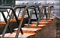 Рис. 9. Наклонные загнутые штыри, обеспечивающие сцепление железобетонной плиты с деревянной конструкцией (для дополнительного сцепления на поверхности клееного элемента сделаны зубчатые уступы)