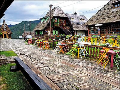 Рис. 11. Дрвенград – действительно деревянный город, в нем не только дома, но и мостовые из древесины