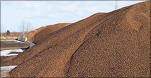 Рис. 11. Черные пеллеты Arbaflame на открытом складе зимой