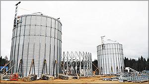 Рис. 13. Строящиеся силосы для пеллет на заводе УЛК в Архангельской области. В этих хранилищах продукция будет накапливаться для отгрузки
