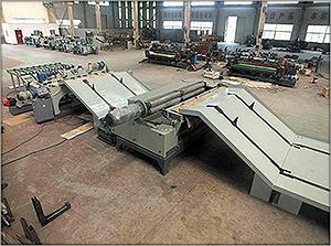 Рис. 9. Бесшпиндельный лущильный станок, сагрегатированный с окорочным станком