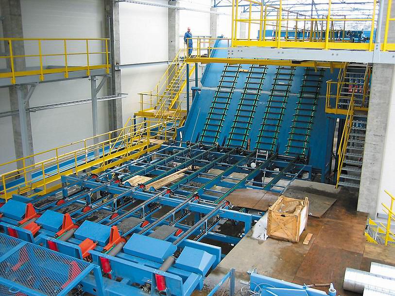 Поставка компании Heinola состояла из 5 технологических линий лесопиления. Инвестиции заказчика являются крупнейшими в Северной Европе. На фотографии показана стадия монтажных работ