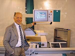 Президент компании Griggio г-н Паоло Гриджио и одна из новинок выставки – станок UNICA 500 (новое поколение форматно-раскроечных станков)