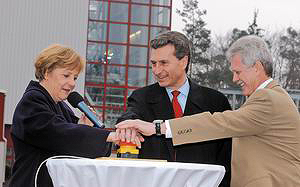 Ангела Меркел, канцлер Германии, открывает ТЭС Wartsila BioPower в Баден-Бадене (Германия)