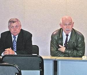 Председатель правления Сергей Федоров и президент Байкальской лесной товарной биржи Вячеслав Самсонов проводят  презентацию