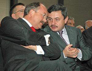 Слева направо: глава правления Pfleiderer AG г-н Х. Овердик и губернатор Новгородской области Михаил Прусак