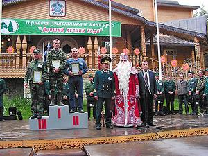 Победители и областные чиновники в компании Деда Мороза