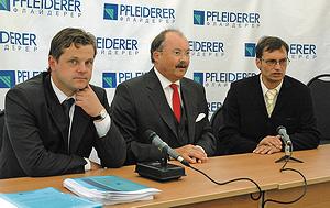 Слева направо: генеральный директор Pfleiderer Grajewo Павел Выжиковски, глава правления Pfleiderer AG Ханс Овердик, генеральный   директор ООО «Флайдерер» Ханс-Петер Заттельков