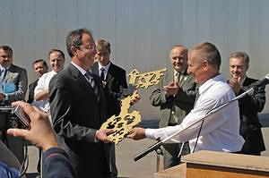 Директор строительного предприятия «Стромат» С.  А.  Соковнин вручает символический ключ генеральному директору «МПСМ-Вятка» Л.  Н. Шуплецову