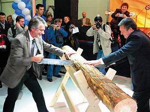 Губернатор Ленинградской области Валерий Сердюков и менеджер бизнес-сектора «Восток» компании «Сведвуд» Нильс Скарбэк на открытии мебельного производства в г. Тихвине (15 ноября 2006 года)