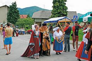 Актеры в костюмах XI века – «граф Вильям IIV» и «графиня Хему»