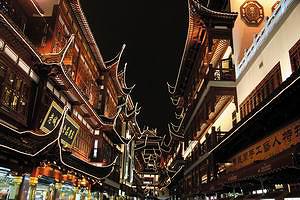 Торговый центр у входа в Сад  радости (Юйюань)