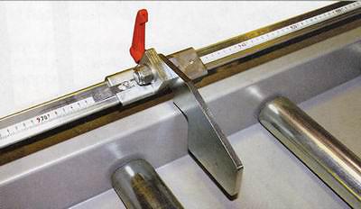 Рис. 1. Легкий откидной упор системы ЕХАКТ B, настраиваемый по линейке. Возможна установка неограниченного числа таких упоров