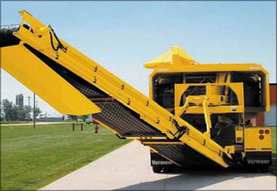 Дробилка Vermeer TG9000: оператор может управлять направлением выброса, разгрузочный конвейер поворачивается в пределах 60°