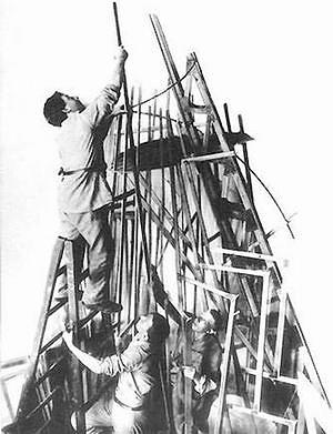 И. Меерзон, Т. Шапиро и В. Татлин во время работы над моделью памятника III Интернационалу