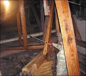 Процесс огнезащитной обработки деревянных элементов
