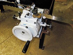 Фото 1. Разводной станок с ручной подачей в виде колеса