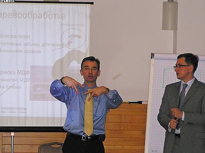 Бернард Шакель демонстрирует окрасочное оборудование от ITW