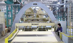 Рис. 6. Визуальный контроль и сортировка шпона по плотности на оборудовании компании Metriguard Inc.