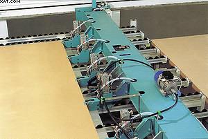 Рис. 7.Программируемое устройство с клещевыми захватами для перемещения раскраиваемого пакета плит