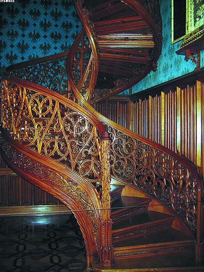 Винтовая лестница из дубовой древесины в замковом комплексе Леднице,  Чехия