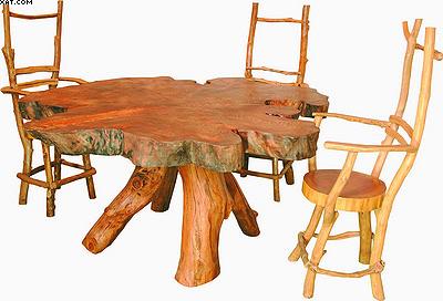 Стол с тремя стульями. Стол изготовлен из спила тополя
