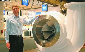 Представитель компании Sulzer рассказывает о принципе работы оборудования