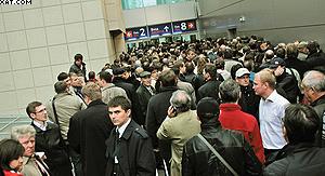 Участники выставки пытаются попасть на свои стенды в день посещения выставки В.В.Путиным