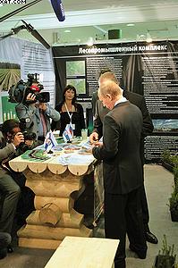 Владимир Путин на стенде Департамента лесного комплекса Новгородской области