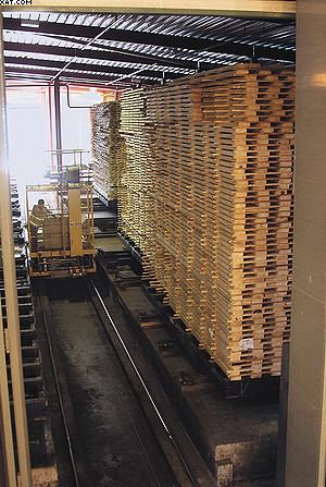 Транспортная тележка и пакеты на «сыром дворе»  сушильного участка