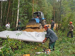 Фото 1. Строительство лесной дороги с использованием геотекстиля Typar
