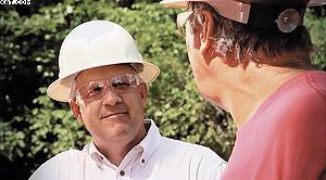 Президент компании Caterpillar Forest Products Джон Карпентер встречается с заказчиком на производственной площадке