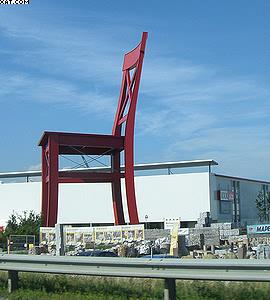 Известный пример применения в строительстве клееного бруса, изготовленного с использованием зубчато-клиновидного шипового соединения: самый большой в мире стул перед одним из супермаркетов в Нюрнберге (Германия)