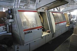 На фабрике высоко оценивают технику немецкой компании IMA – кромкооблицовочные станки Advantage (на фото вверху) и австрийские раскроечные центры Schelling
