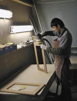 Шлифовка деталей для мебели премиум-класса выполняется вручную