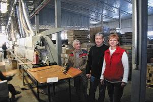 Справа налево: начальник склада Галина Егорова и заместитель директора фабрики Алексей Михайлов с одним из сотрудников компании